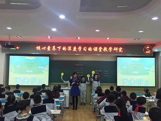 拉萨路小学老师使用焦点智慧教室投票功能.jpg