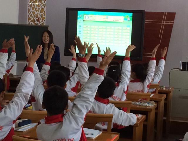 孩子们使用焦点智慧教室上课中