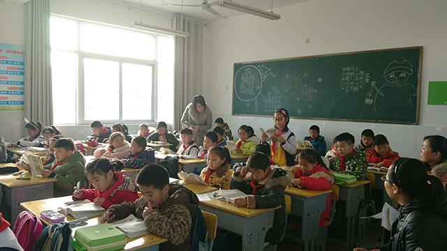 老师走到学生中间,多一份亲近,多一份关注!