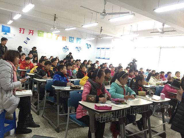 李萍老师带孩子们体验精彩的美术课《会说话的手》