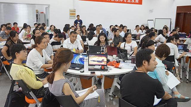 老师们学习焦点智慧教室功能