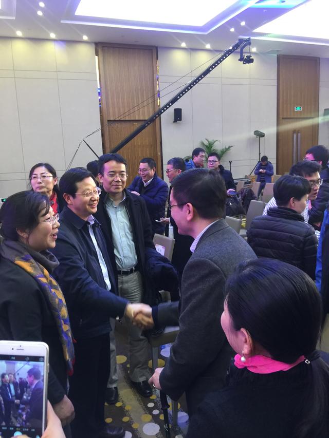 江苏省经信委副主任胡学同与焦点科技高级副总裁黄良发亲切交流