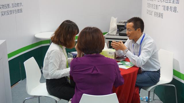 焦点教育何总与客户交流